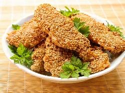 Панирано пилешко бонфиле (бон филе) с корнфлейкс, галета и сусам на тиган - снимка на рецептата